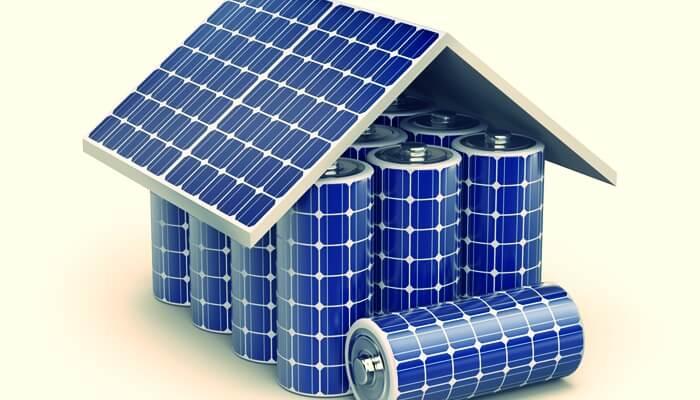 ソーラーバネルで覆われた電池で表した家