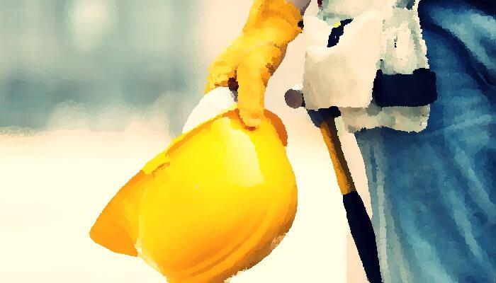 黄色い工事用ヘルメットを手に持ってる様子